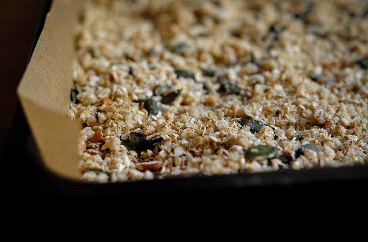 glutenfreies Müsli auf Backblech