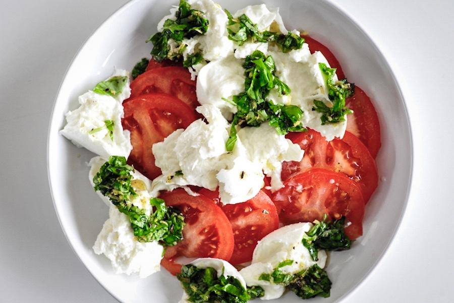 Tomaten mit Büffelmozzarella und Basilikum