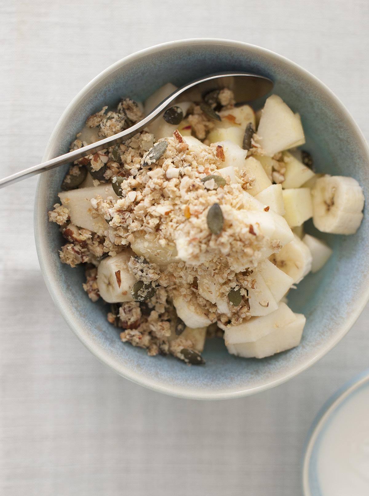 glutenfreies Muesli mit Aepfeln und Bananen