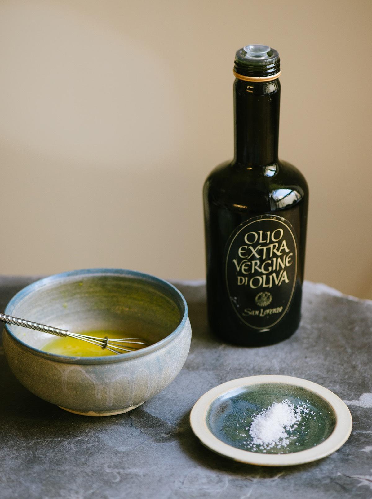 Salatdressing mit Olivenölflasche und Salz