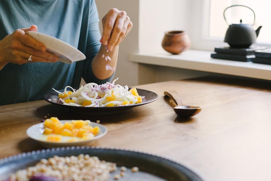 Salat zubereiten mit Fenchel, Orangen, Zwiebeln und Pinienkernen