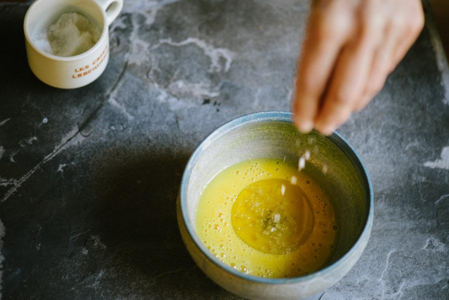 Olivenöl-Senf-Dressing in Schale