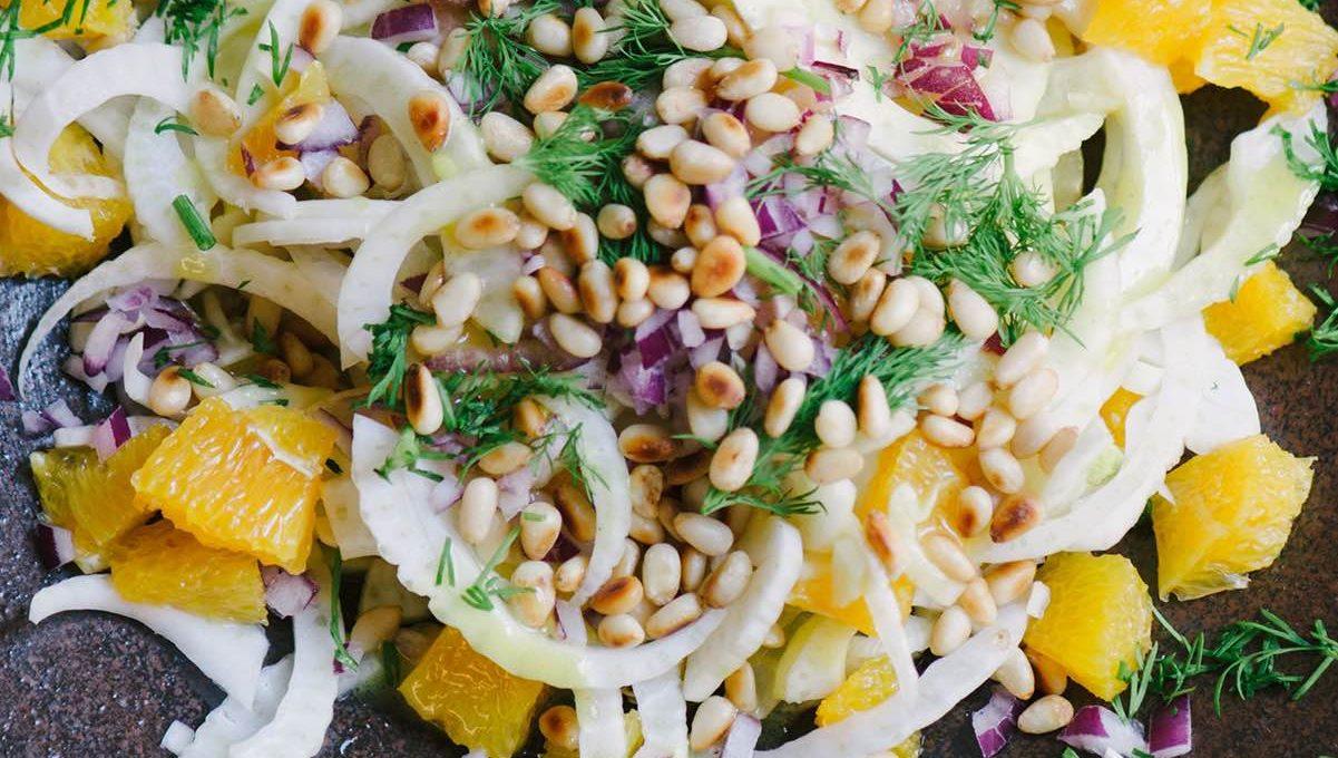 Teller mit Orangen-Fenchel-Salat, Zwiebeln und Pinienkernen