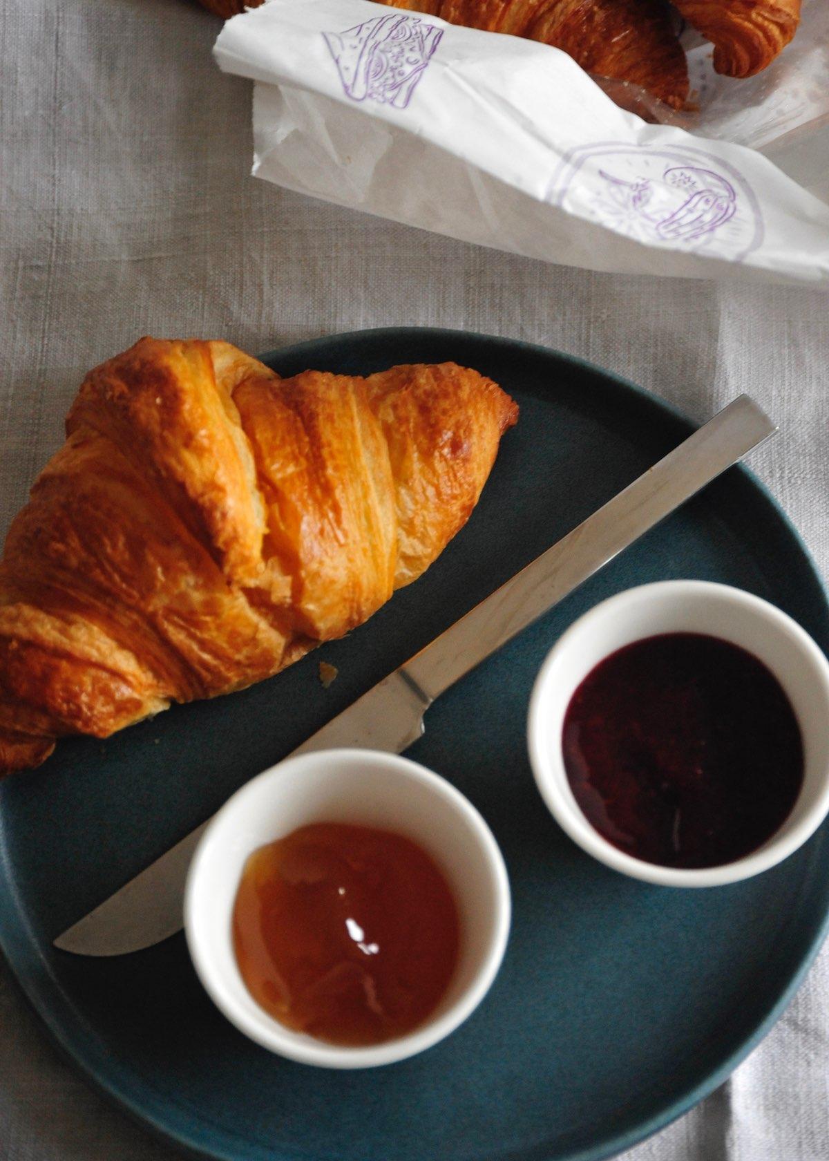Französisches Frühstück mit Croissants und Marmelade