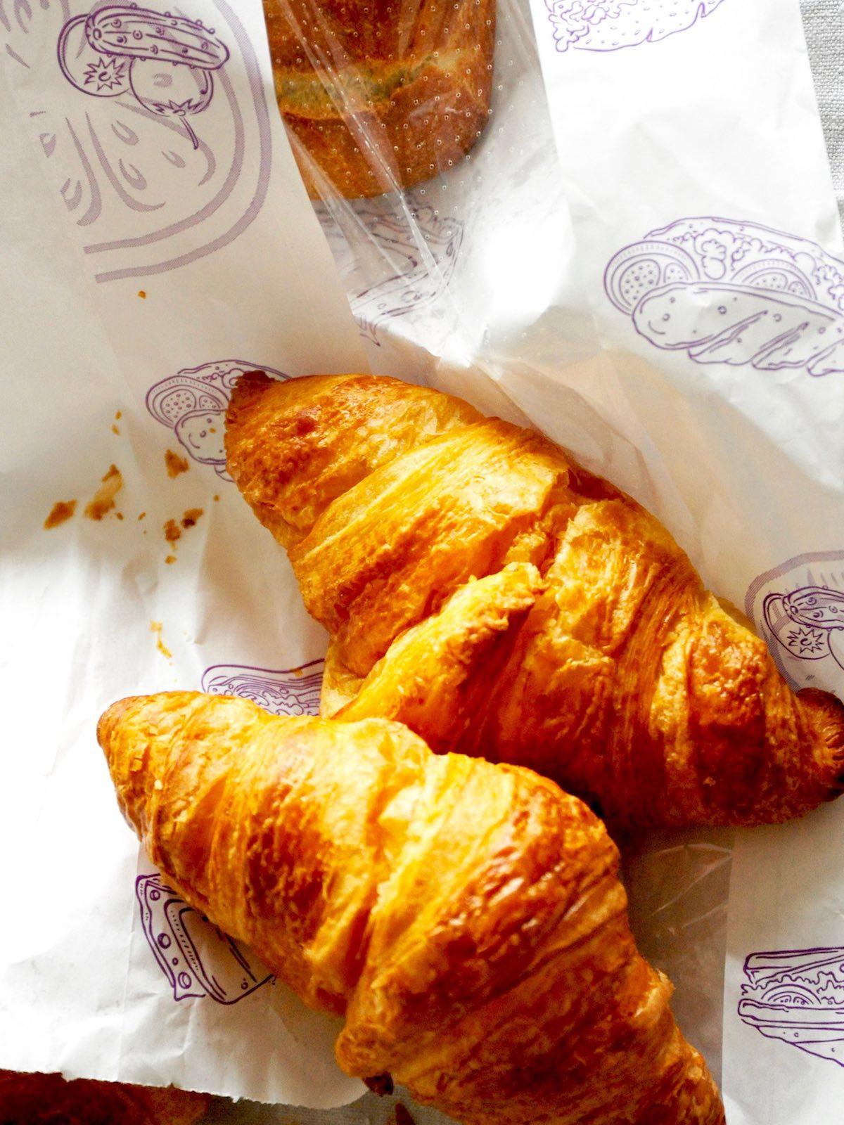Französische Croissants auf Tüte