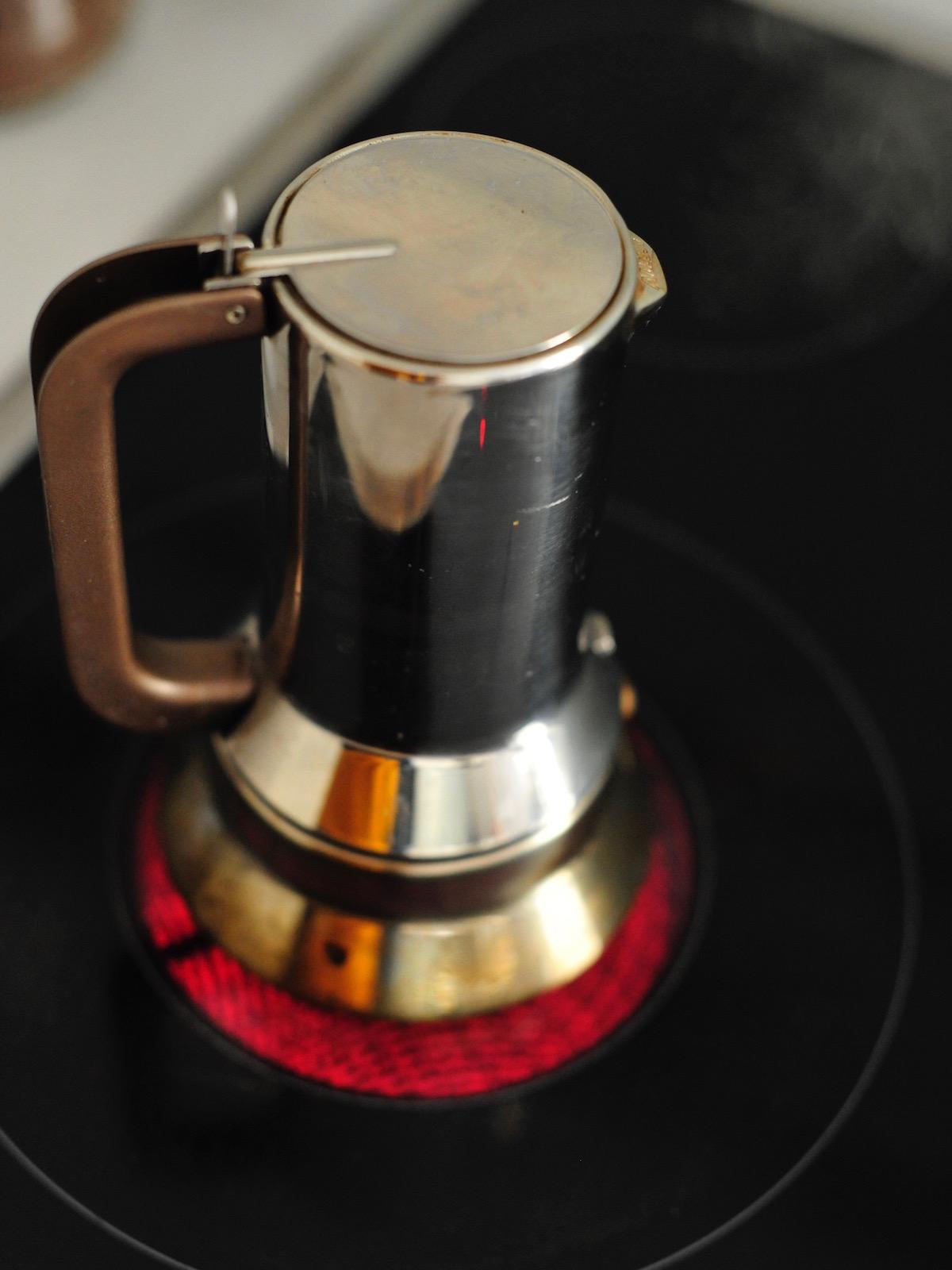 lienische Espressokanne auf dem Herd