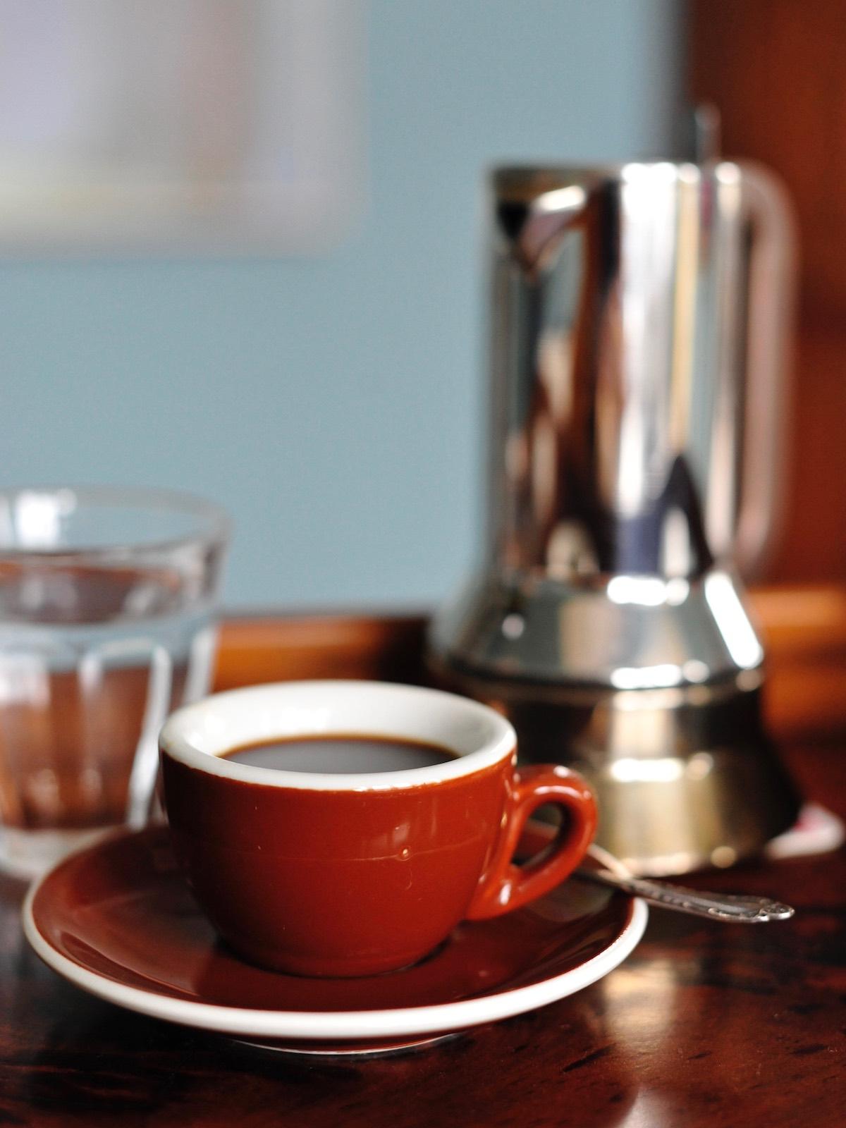 Italienische Espressokanne mit Espressotasse