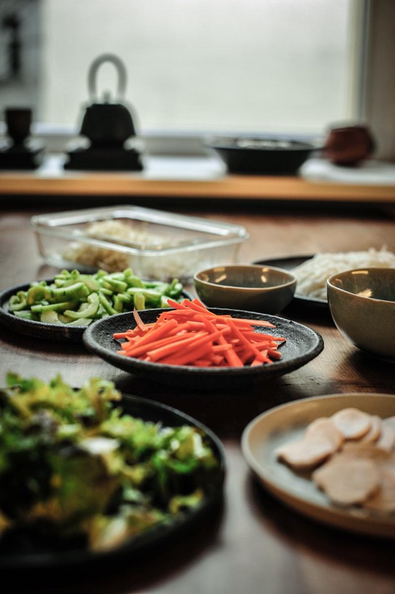 geschnittenes Gemüse Salat, Möhren, Reisnudeln, Frühlingszwiebeln