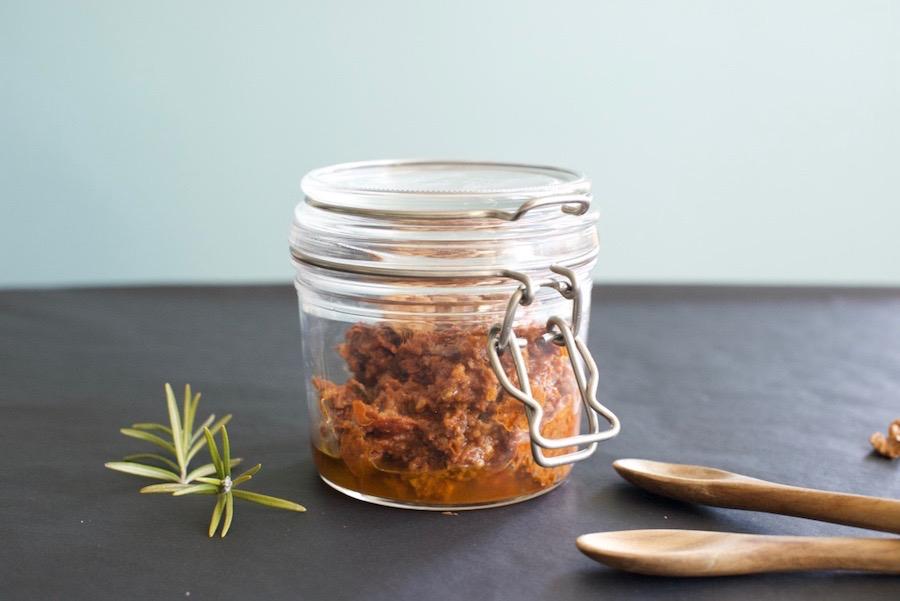 Glas mit rotem Pesto aus Walnüssen, Knoblauch, Tomatenmark und Rosmarin