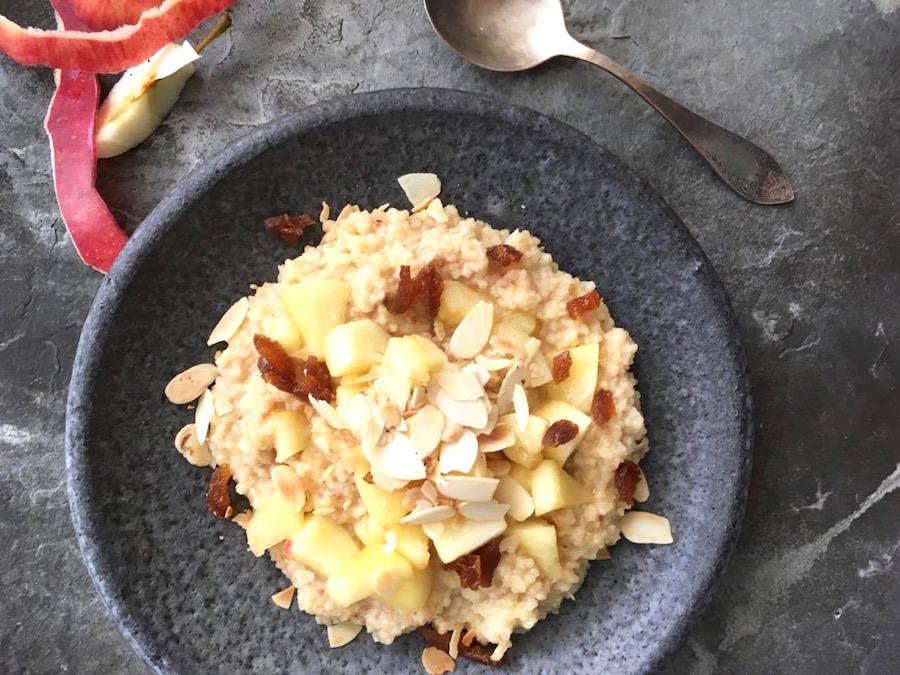 Gekochte Hirse mit Apfel, Aprikosen, Mandelblättchen