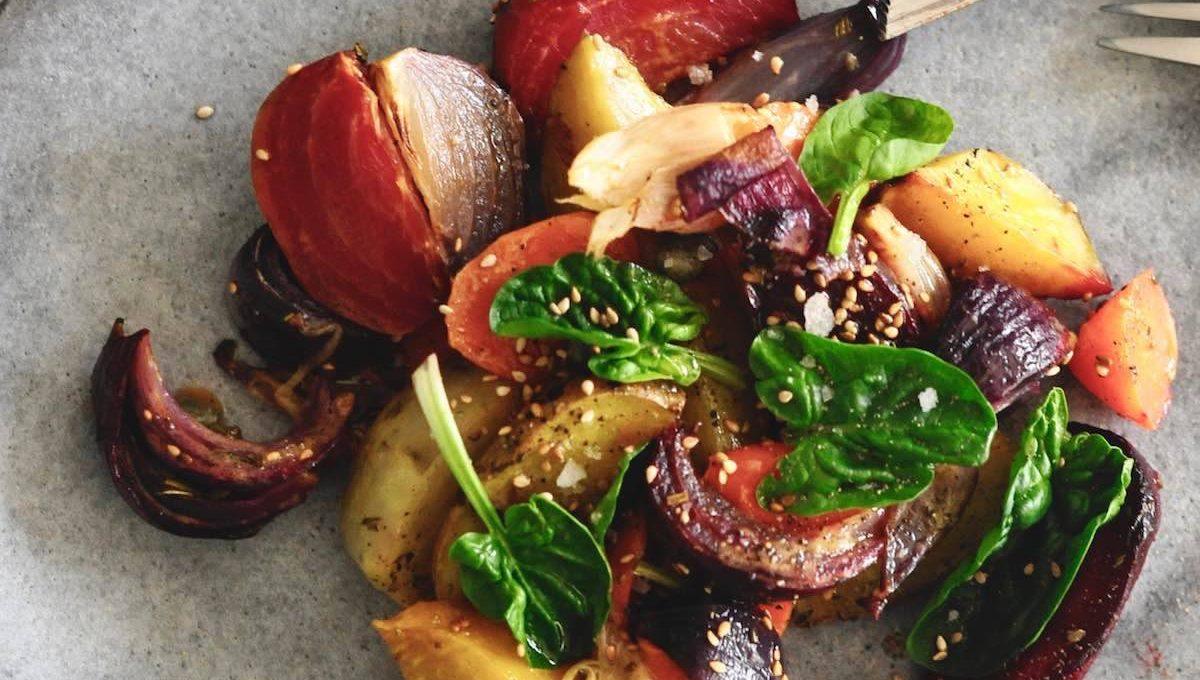 Gebackenes Gemüse auf Teller: Kapern, rote Beete, Kartoffeln, Möhren, Zwiebeln, Spinat