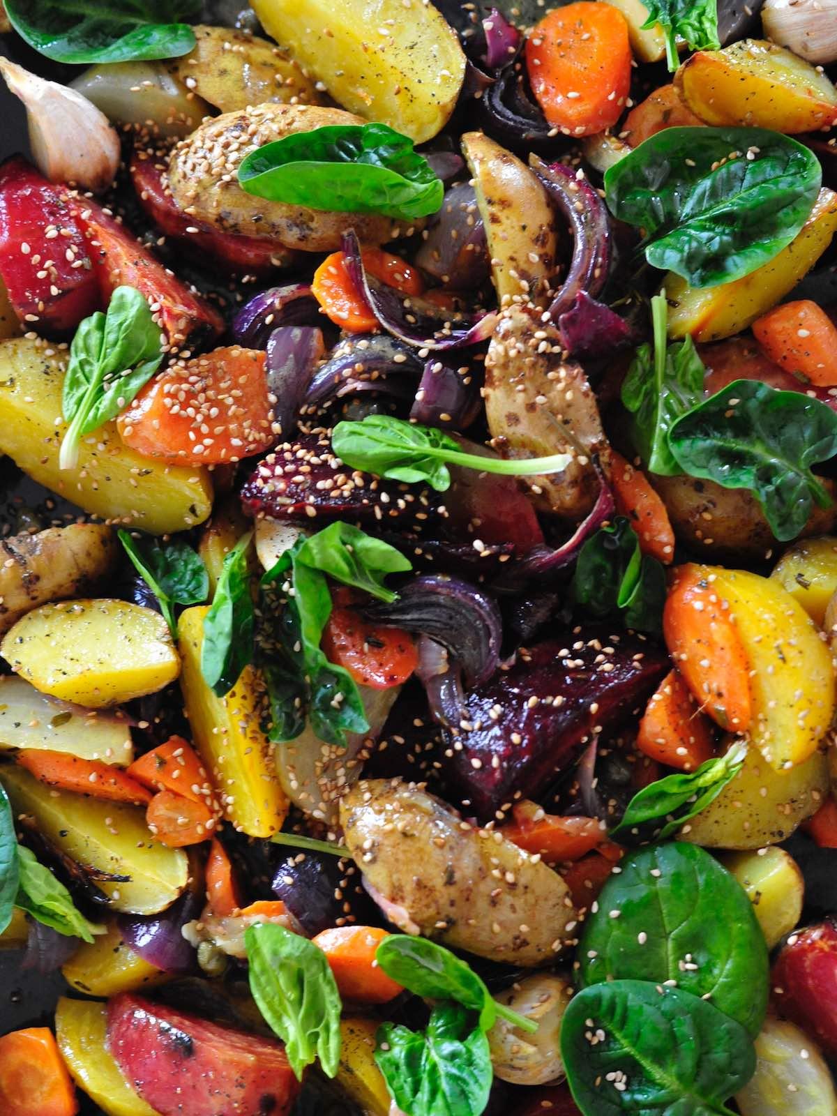 Gebackenes Gemüse mit Kapern, roter Beete, Kartoffeln, Möhren, Zwiebeln, Spinat
