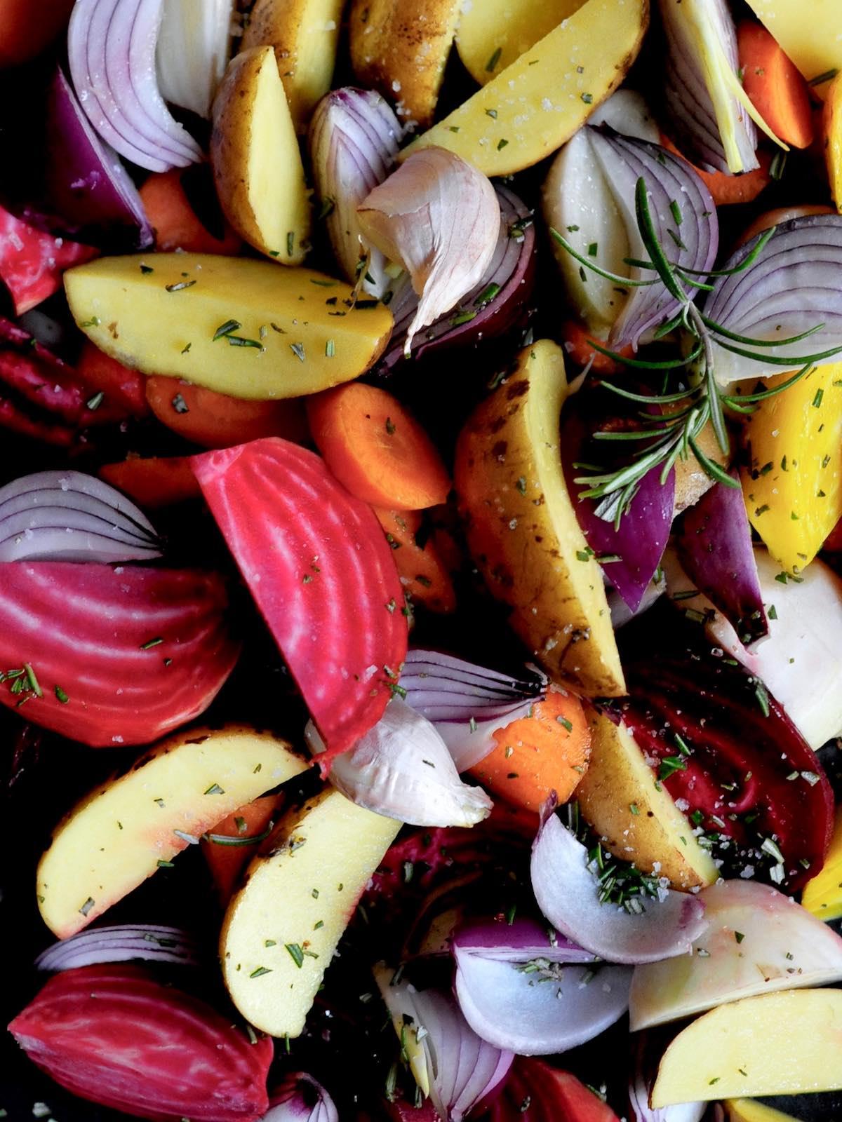Geschnittenes Gemüse mit Kapern, roter Beete, Kartoffeln, Möhren, Zwiebeln, Spinat