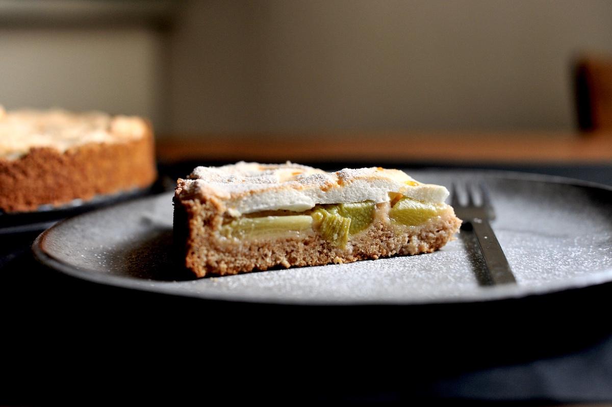 Teller mit einem Stück frischer Rhabarberkuchen mit Baiser