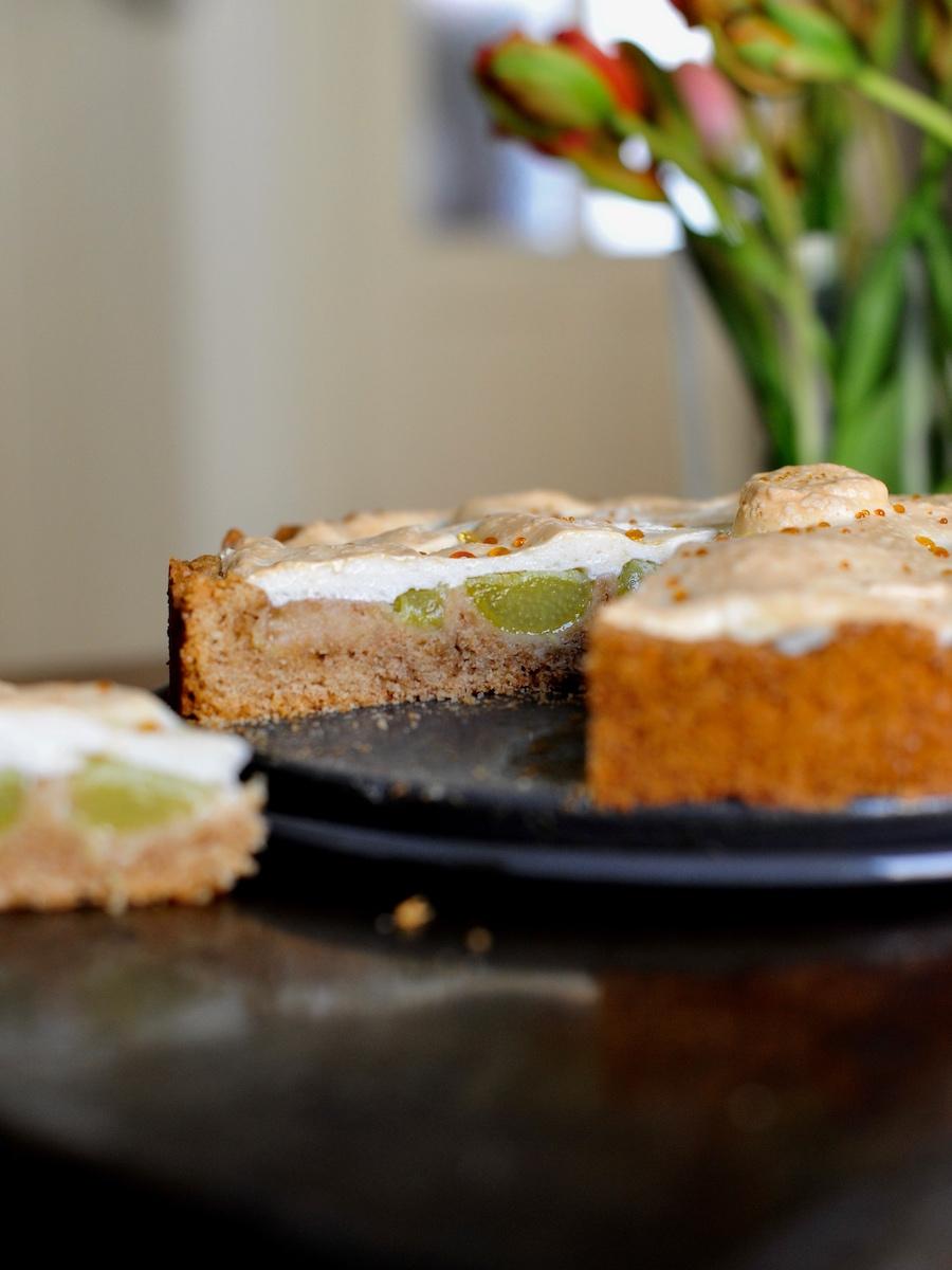 frischer Rhabarberkuchen mit Baiser