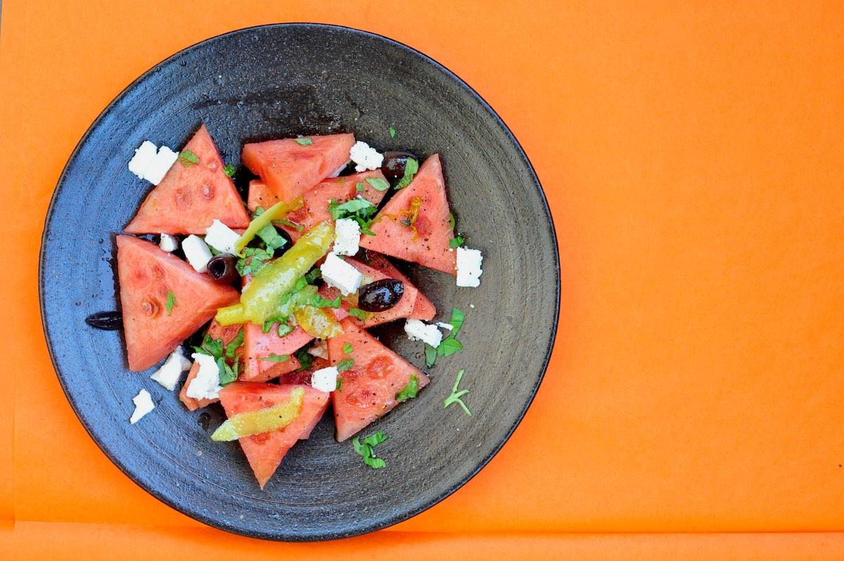 Salat mit Wassermelone, Feta, Oliven, Zitrone und Kräutern