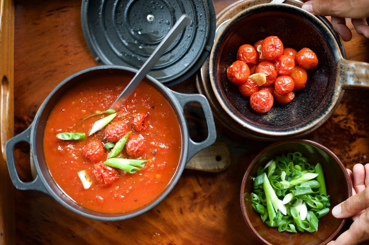 Leichte Tomatensuppe mit Cherrytomaten und Frühlingszwiebeln