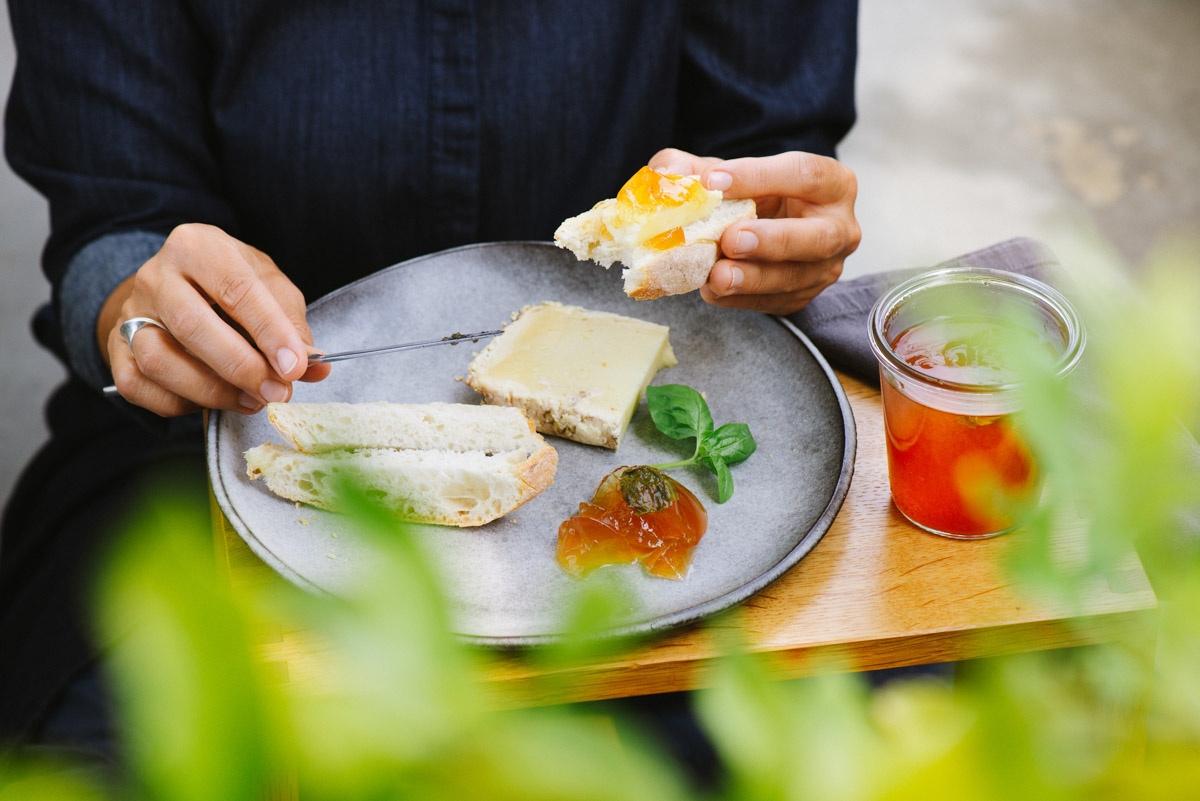 Brotzeit mit Käse und Tomatengelee auf dem Balkon