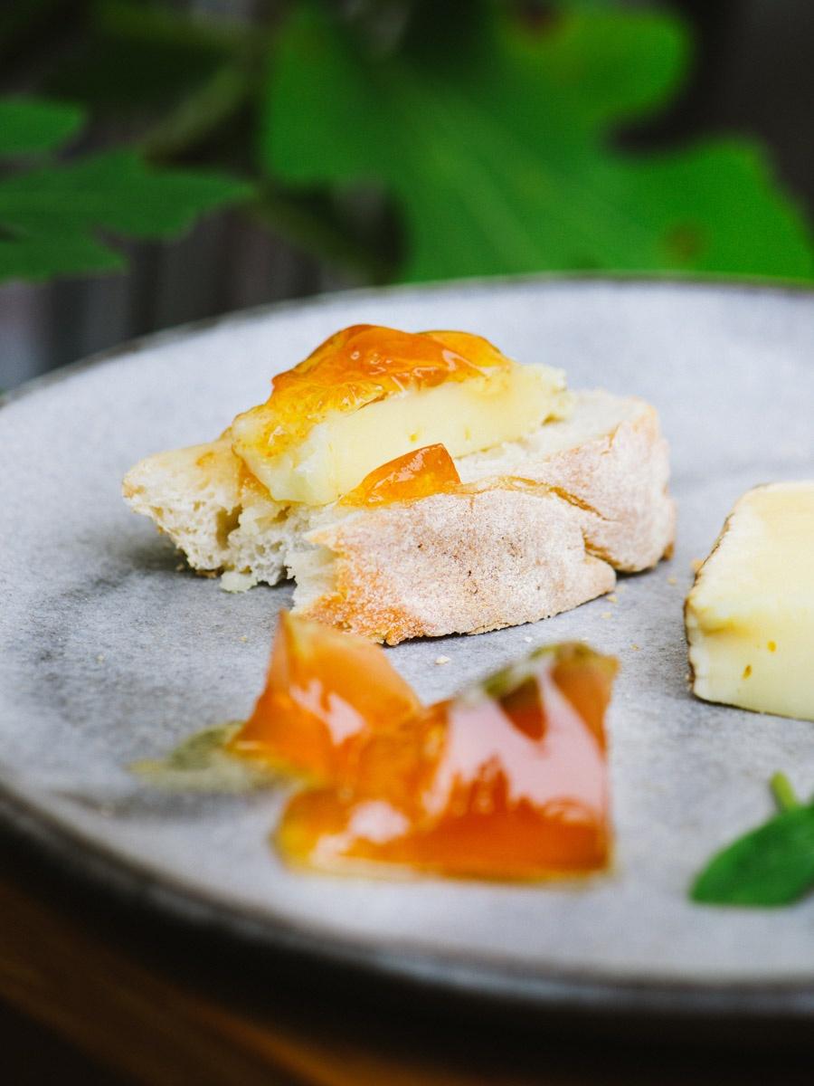 Brotzeit mit Käse und Tomatengelee