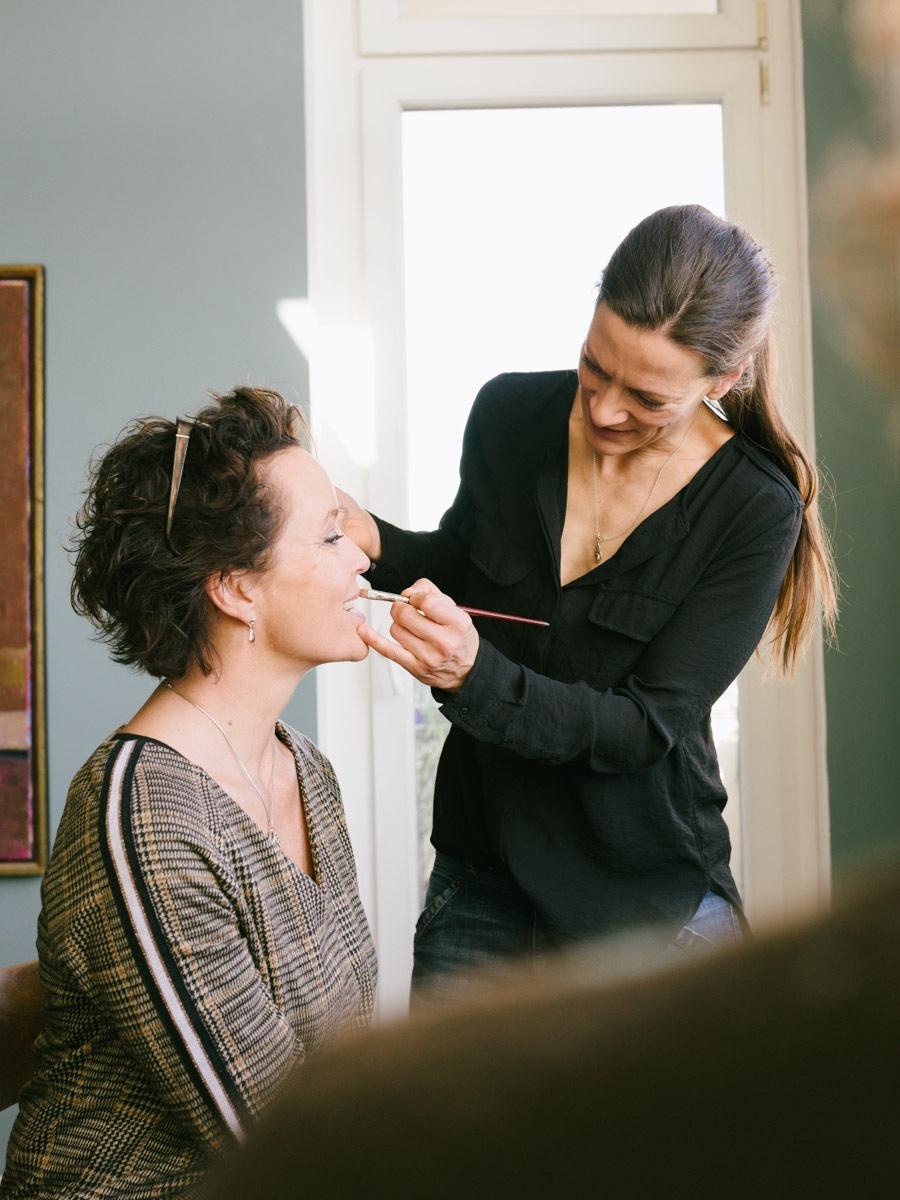 Carolin Spill schminkt Katja Weinhold