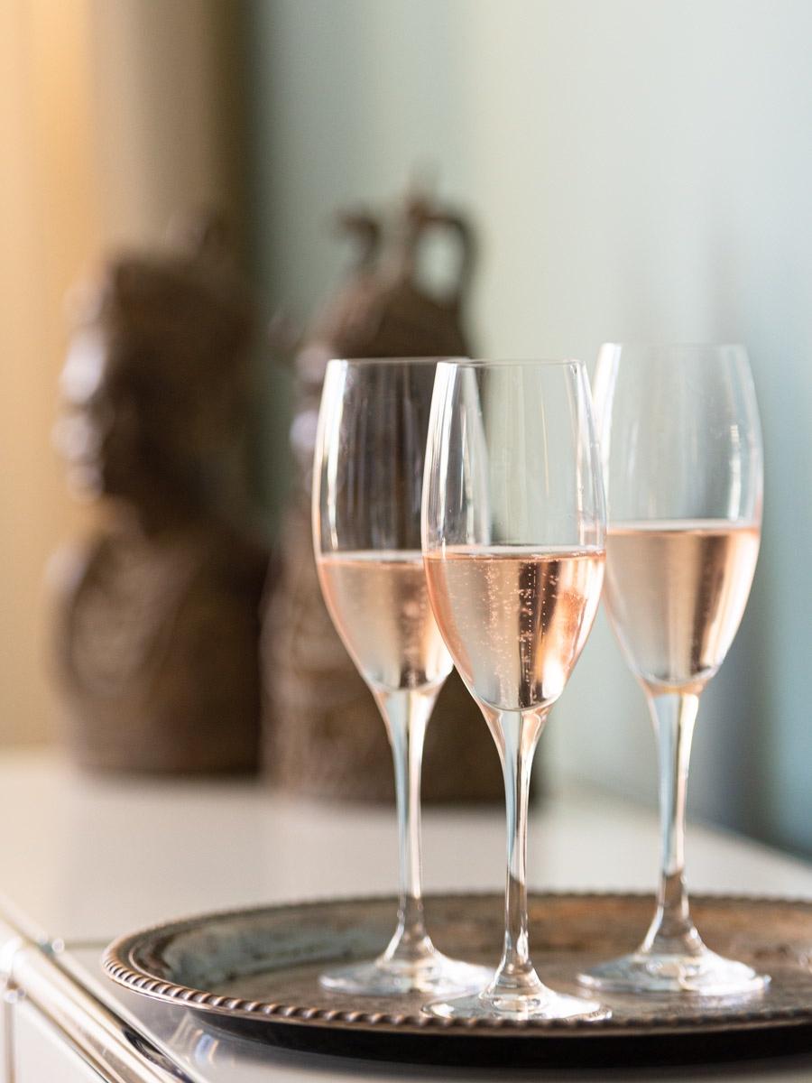 3 Gläser mit roséfarbenem Prosecco auf Tablett