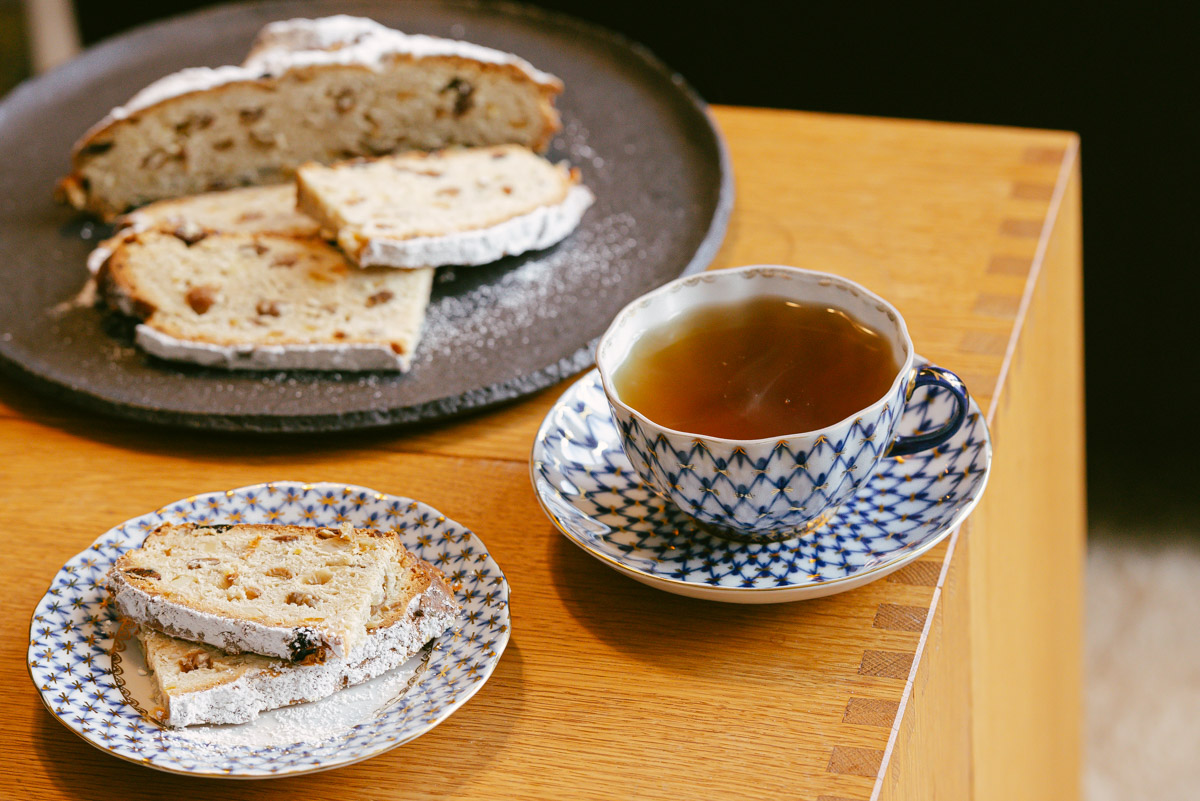Teezeremonie mit einem Stück Bremer Klaben auf Teller und Tee in der Tasse