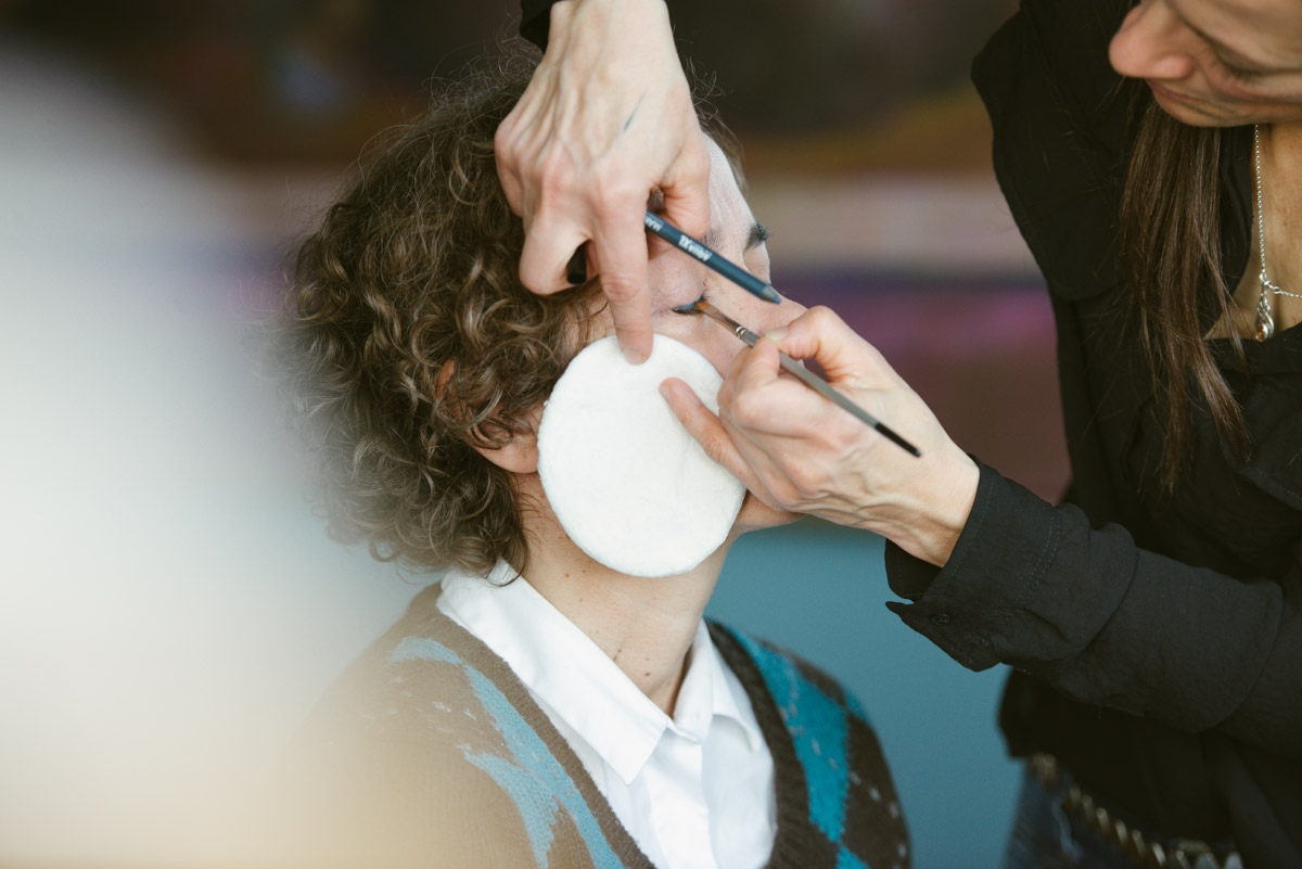Frau wird von Stylistin Carolin Spill geschminkt