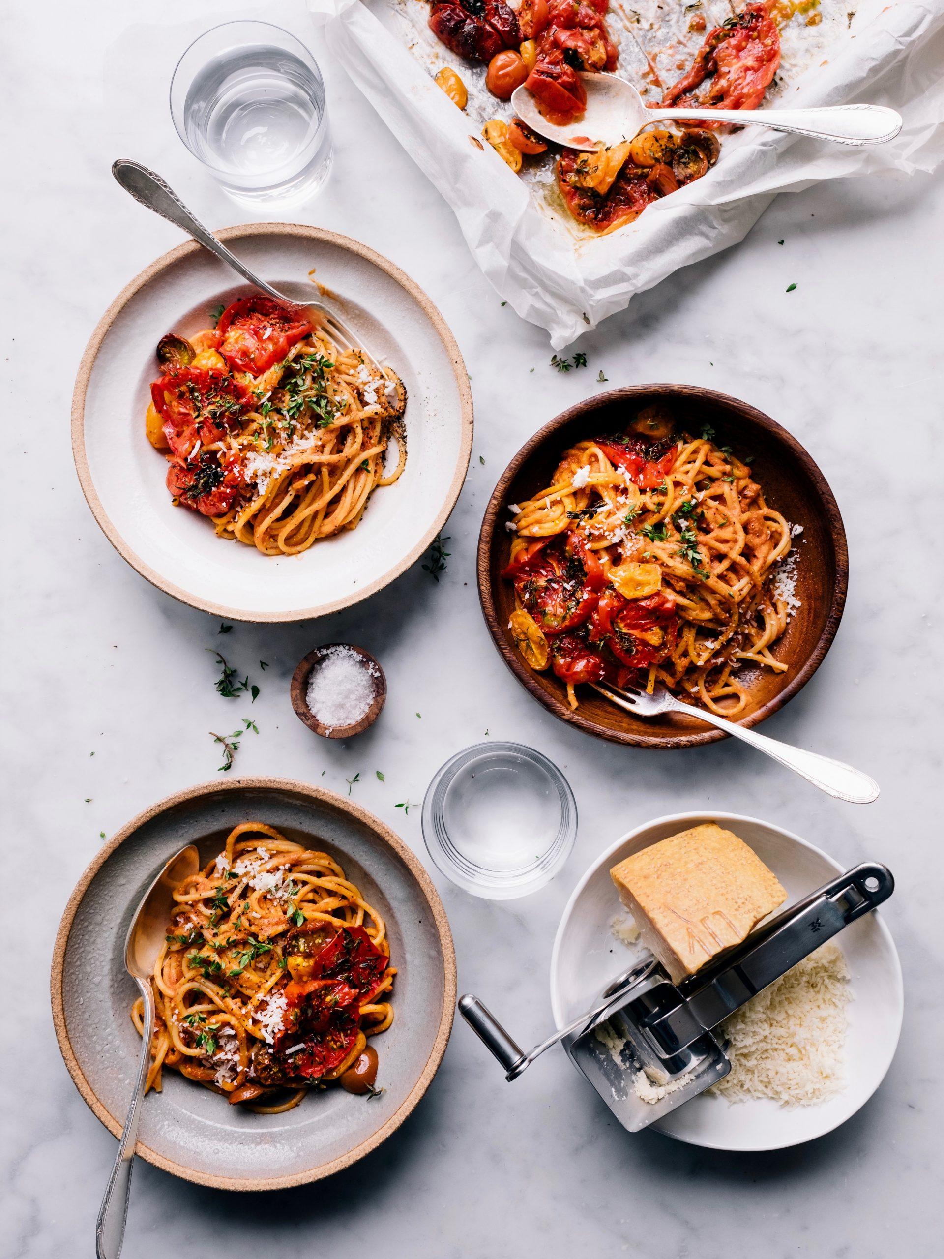 Teller mit Pasta Al Martini mit Tomaten und Parmesan