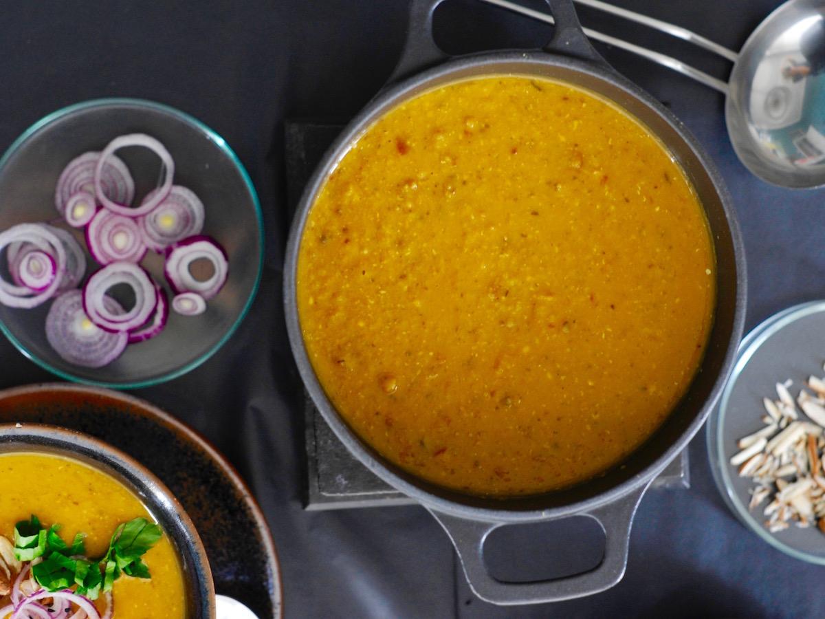 Kochtopf mit einer Suppe aus roten Linsen