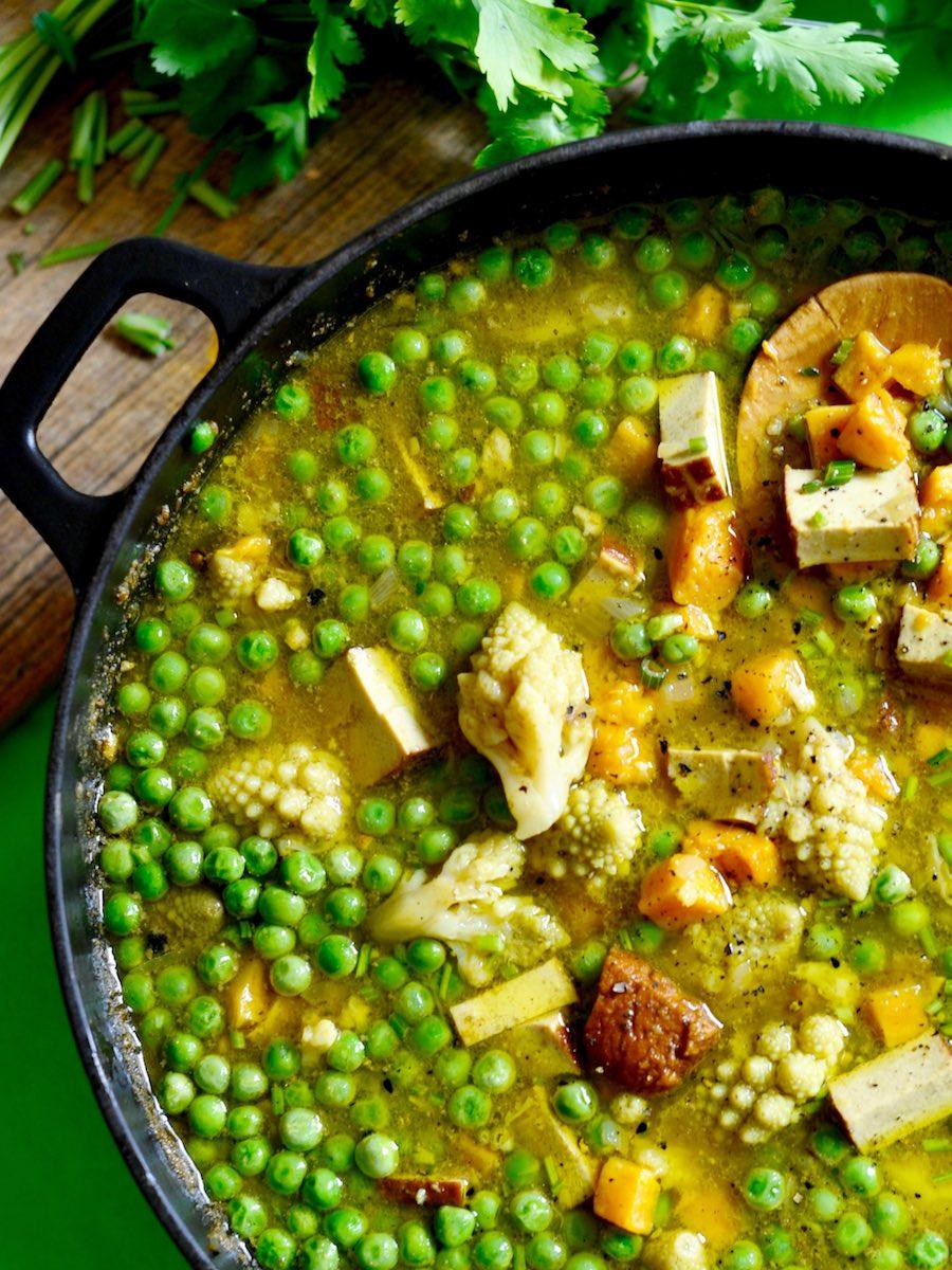 Indische Gemüsesuppe mit mariniertem Tofu, Romanesco, Süßkartoffeln und Erbsen