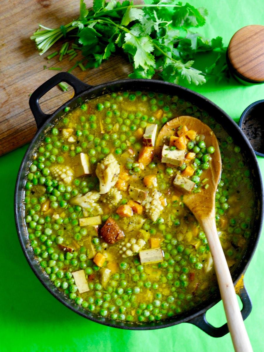 Indische Gemüsesuppe im Topf mit Romanesco, Süßkartoffeln und Erbsen