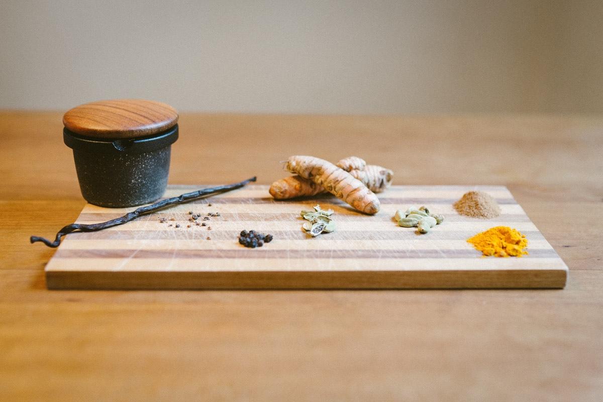 Zutaten für Kurkuma Latte: Vanilleschote, Kurkuma, Kardamon, schwarzer Pfeffer und Zimt
