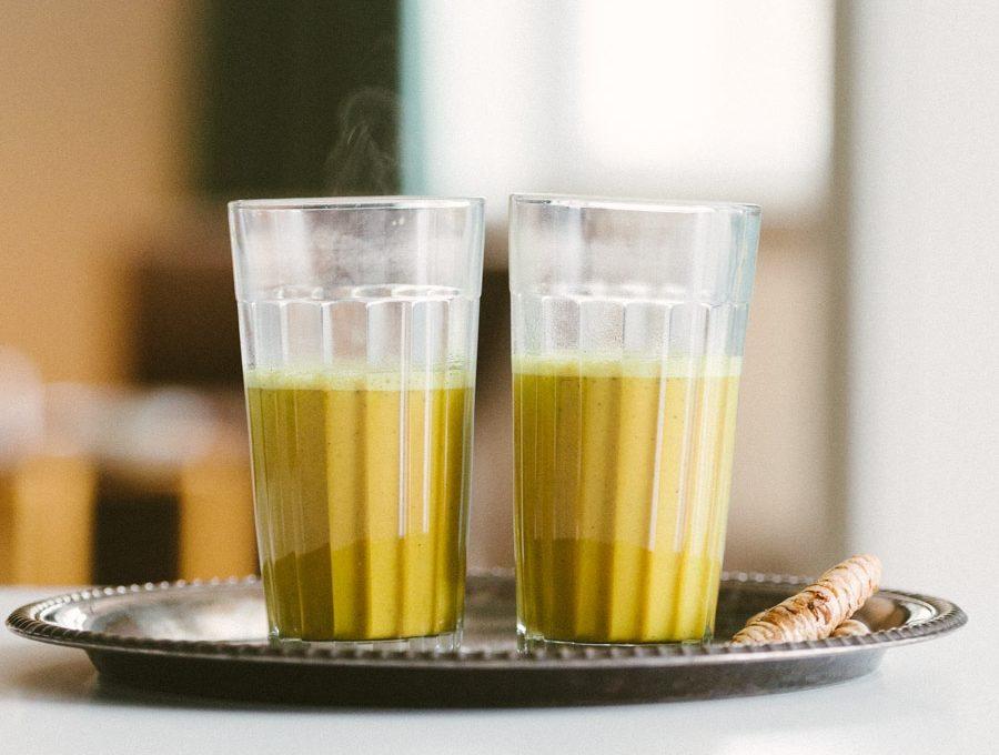 Gläser mit heißer Kurkuma Latte