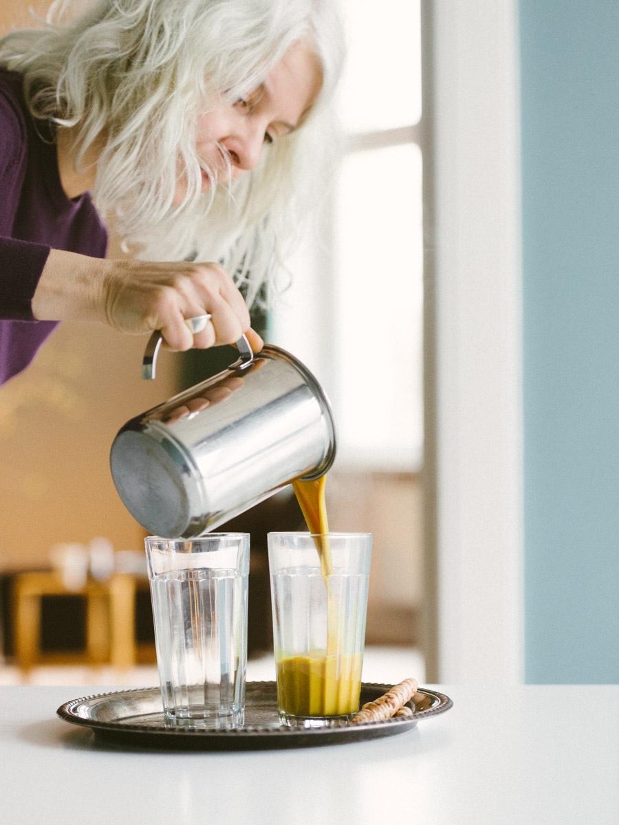 Claudia Hoffmann schenkt Goldene Milch in Glas ein