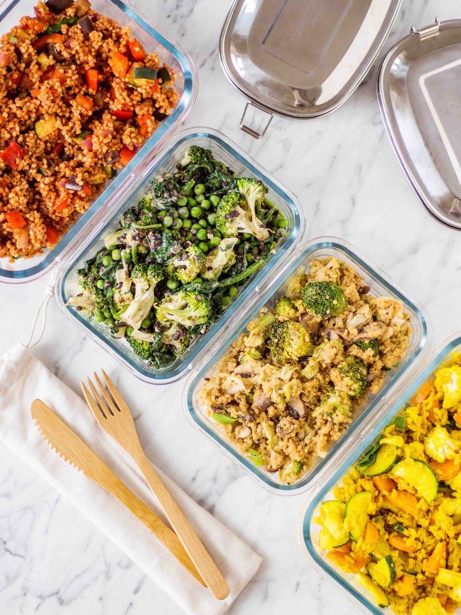 herzhafte Salate in Glasgefäßen