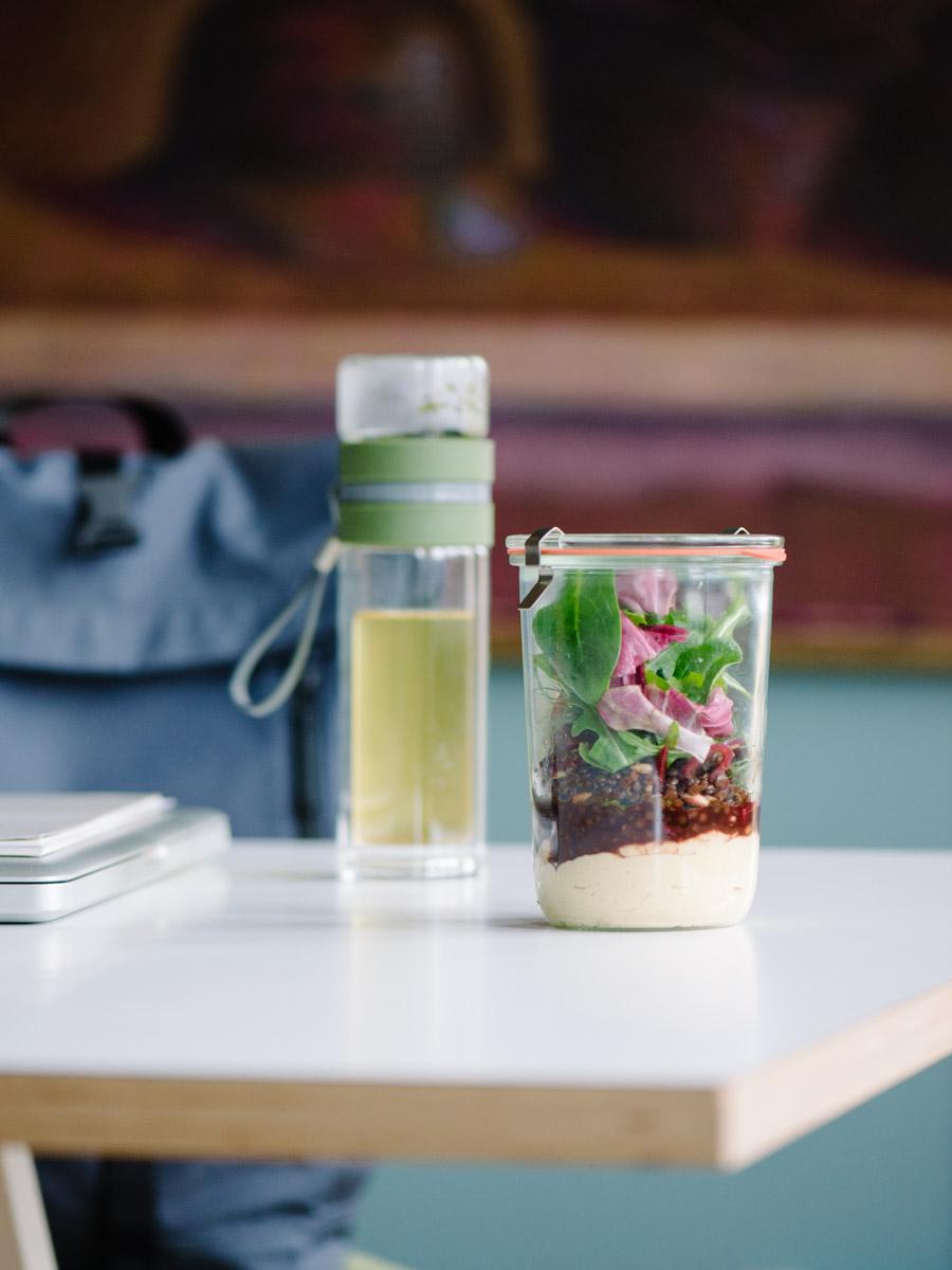 Weckglas mit Linsen-Hummus-Salat auf Bürotisch