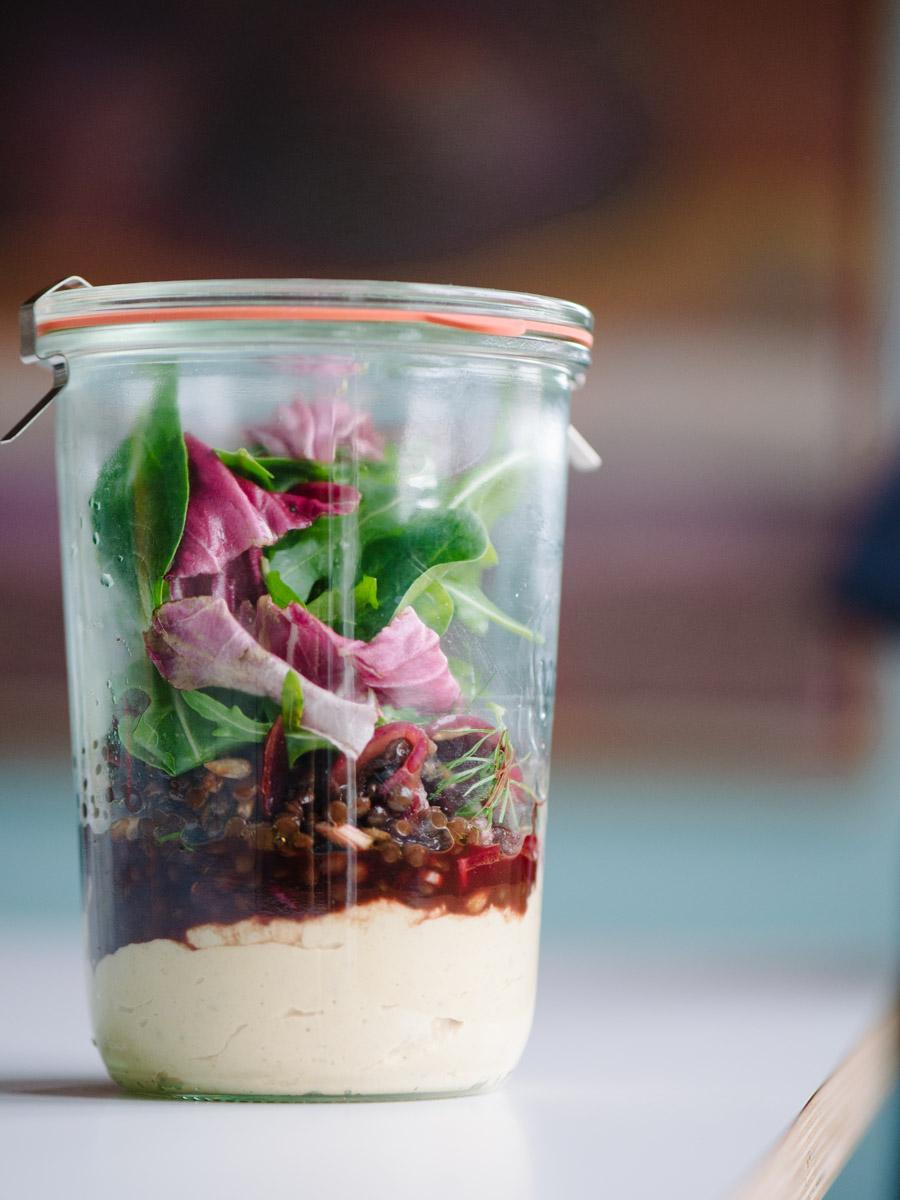 Weckglas mit einem Salat aus Hummus, Linsen und Ruccola