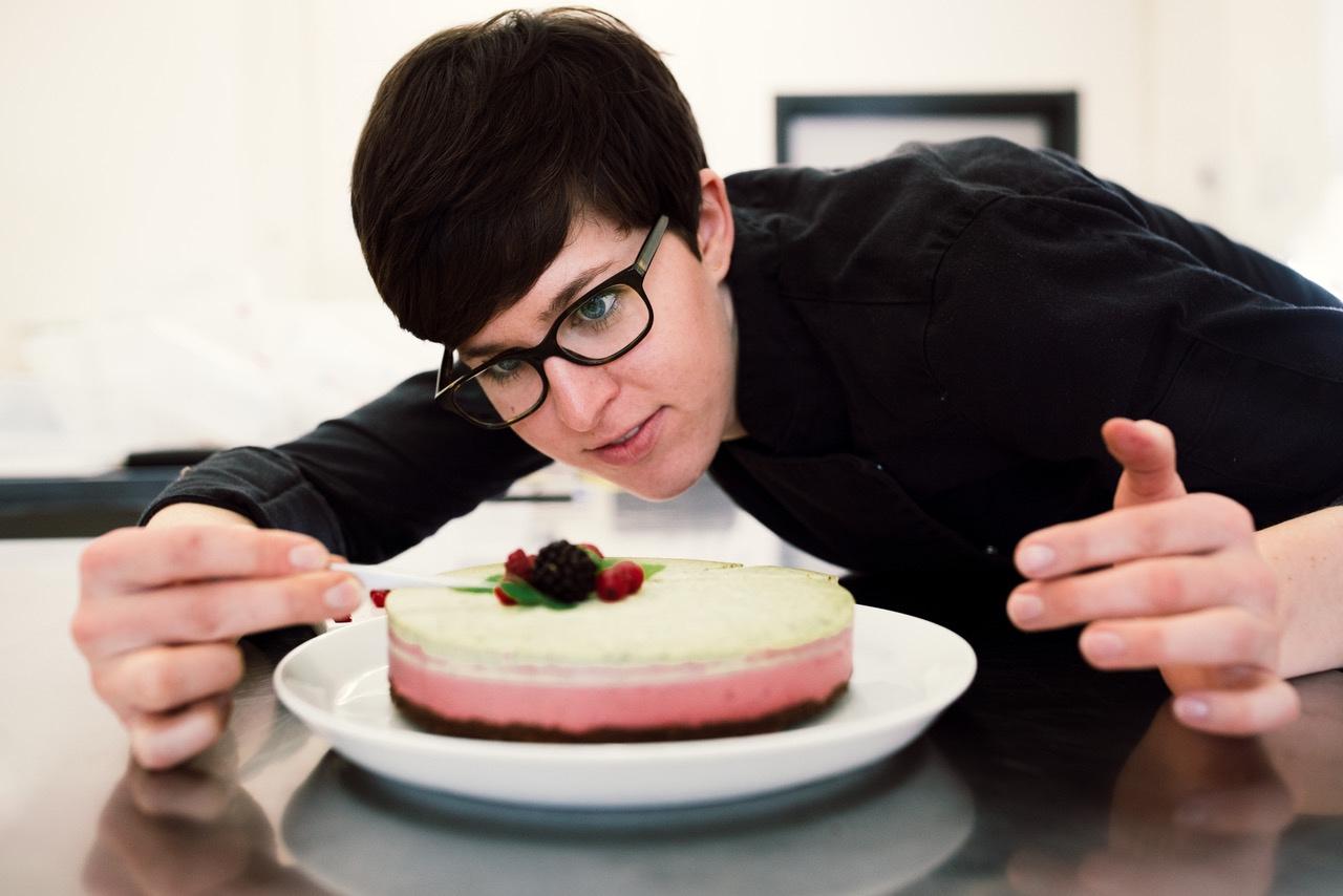 Anna Gliemer dekoriert eine Torte mit frischen früchten