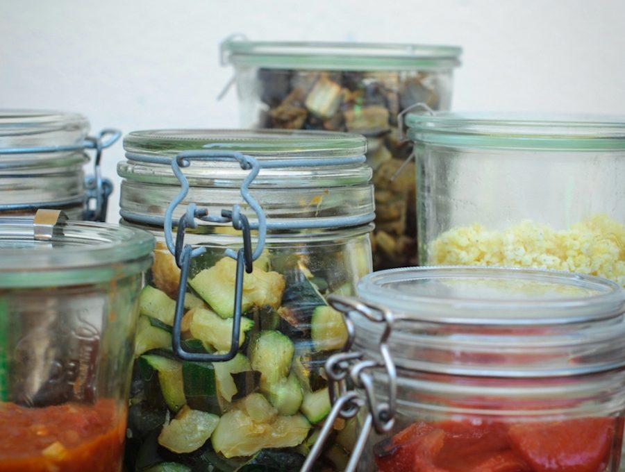 Weck-Gläser mit eingelegten Zucchini, Auberginen, Tomatensugo und Paprika