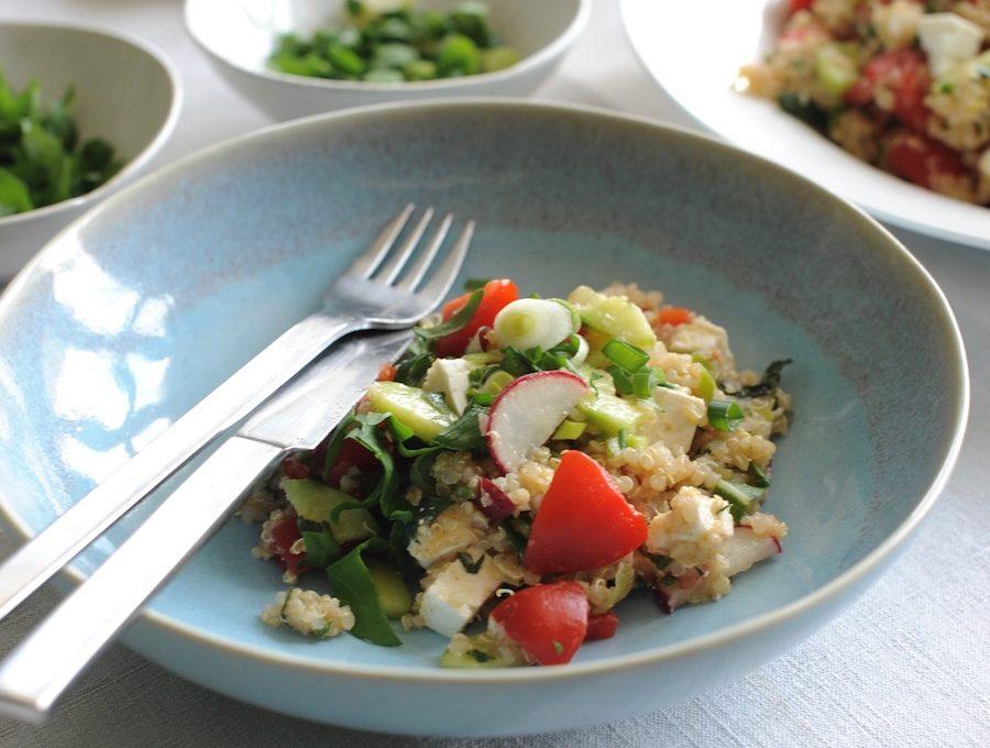 Sommersalat mit Quinoa, Tomaten, Paprika, Gurke und frischer MinzeP