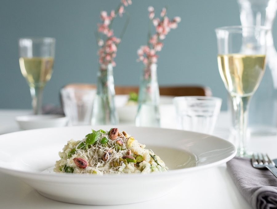 Risotto mit Kopfsalat auf einem weißen tiefen Teller