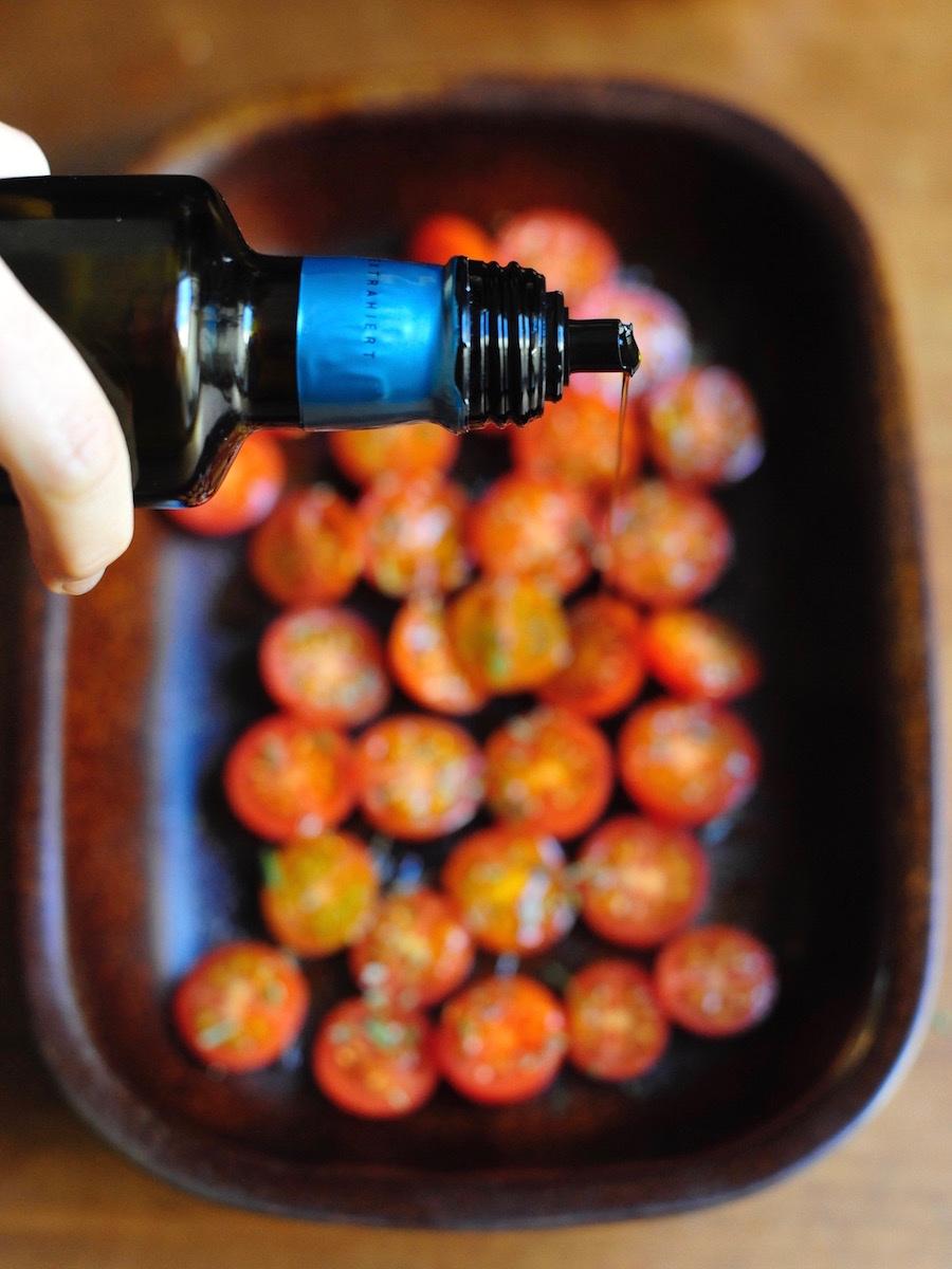 Tomaten im Backofen brauchen etwas Olivenöl und eine hitzebeständige Schale