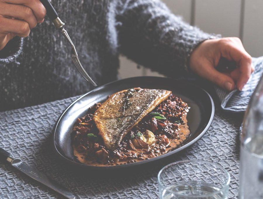 Schnelles Linsen Gericht: Teller mit Doradenfilet auf Majoran-Linsen