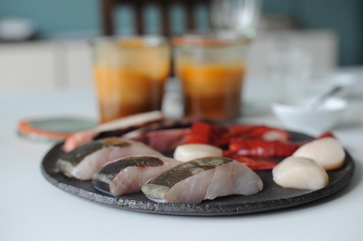 Edelfische, Jakobsmuscheln und Calamari sind die Einlage für Bouillabaisse