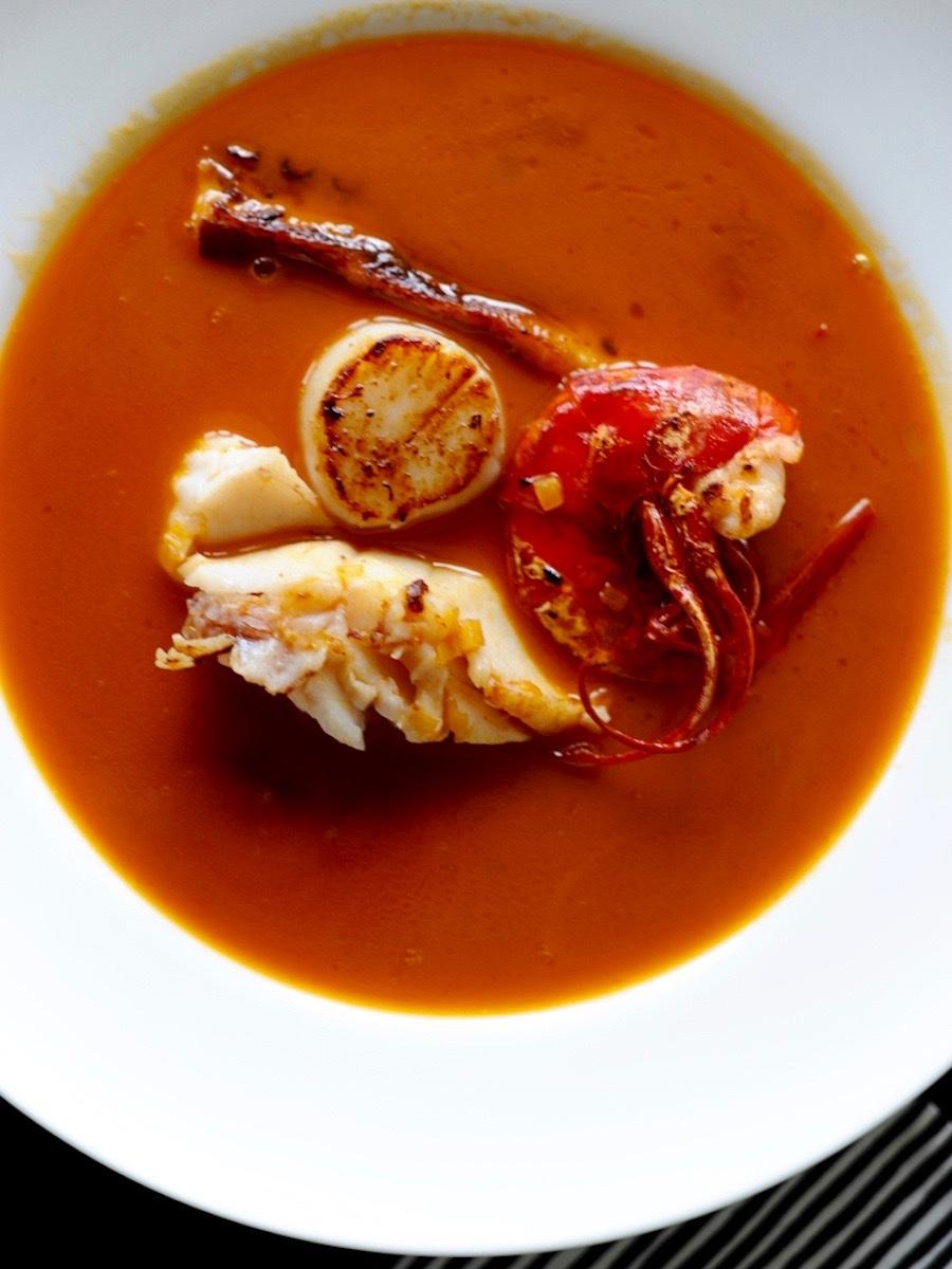 Suppenteller mit provenzalischer Bouillabaisse mit Fischen und Meerestieren
