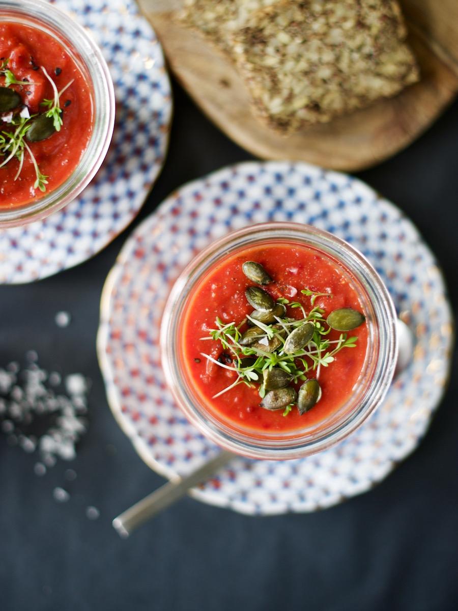 Weck-Glas mit einer selbstgekochten Suppe aus Ofengemüse mit Brot