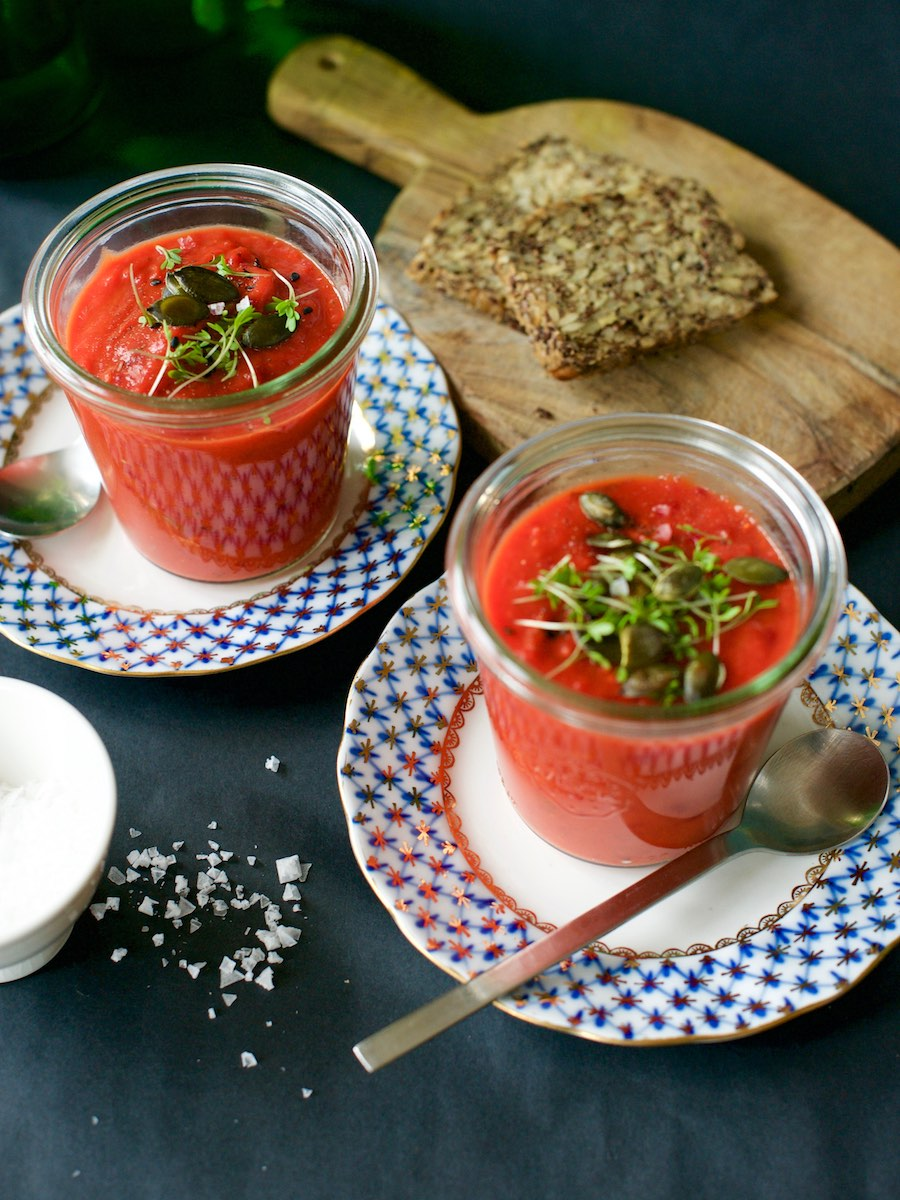 Suppe aus gebackenem Gemüse wird mit Brot zu einer guten Zwischenmahlzeit.