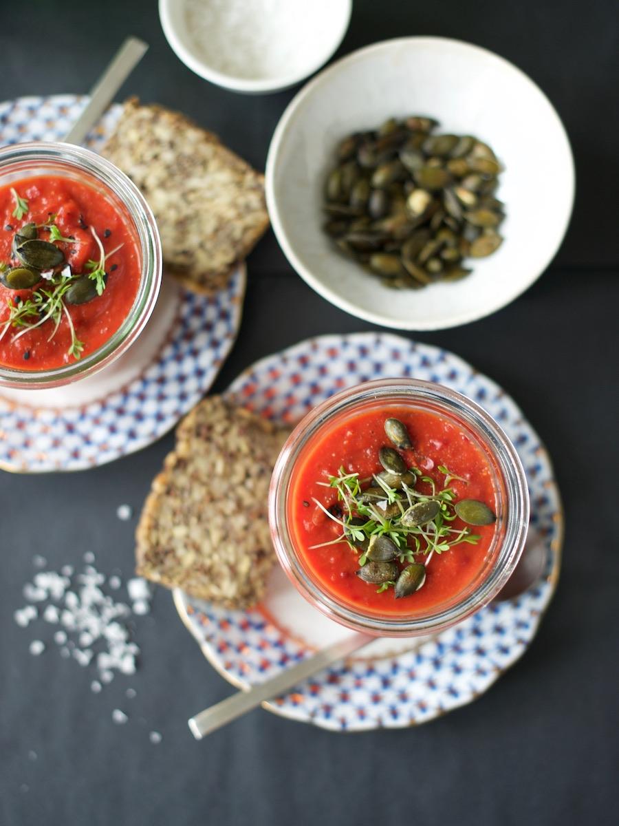 Suppe aus gebackenem Gemüse mit Kürbiskernen und Kresse.