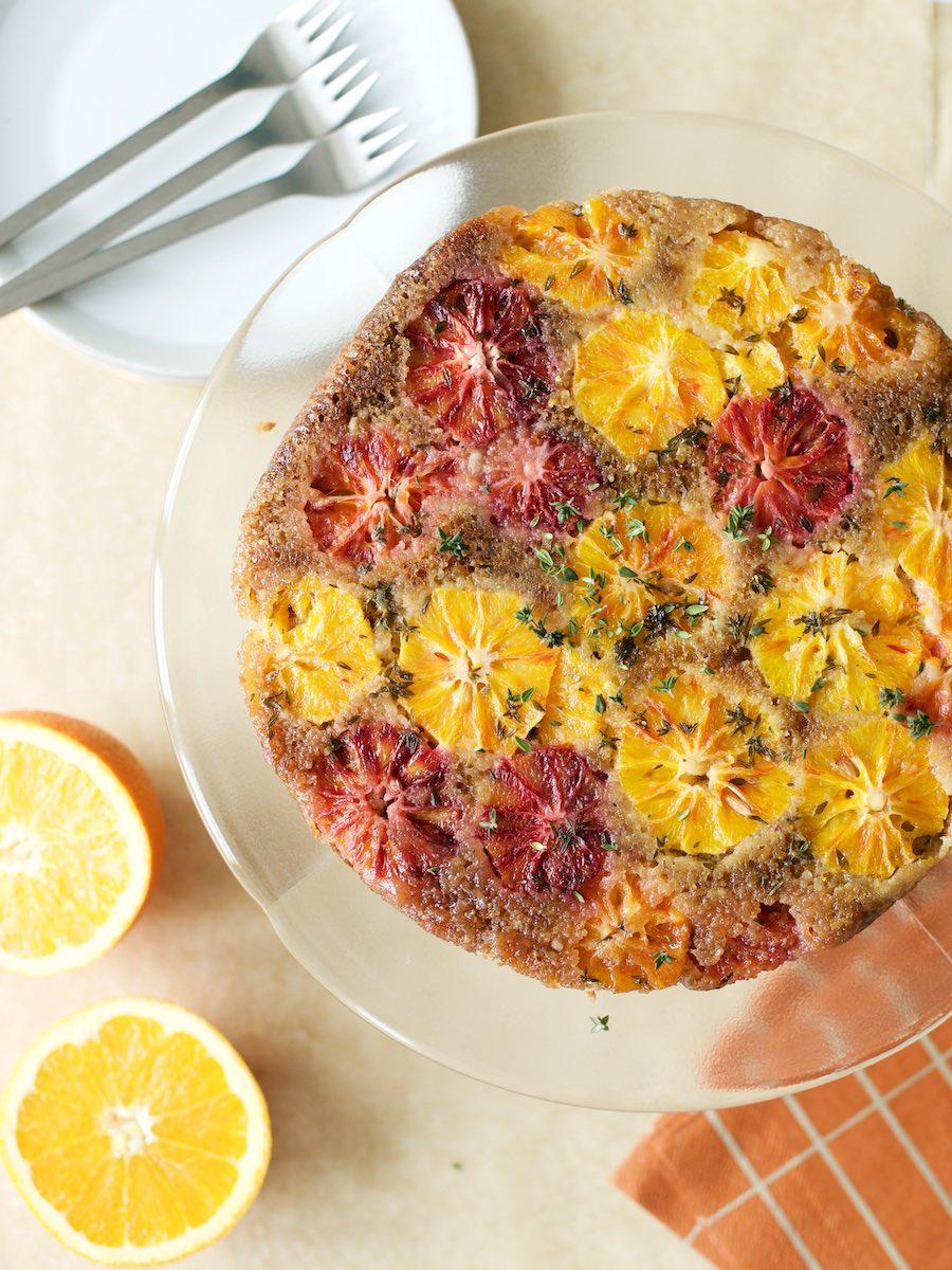Kuchenplatte mit selbst gebackenem Blutorangen-Kuchen mit Thymian