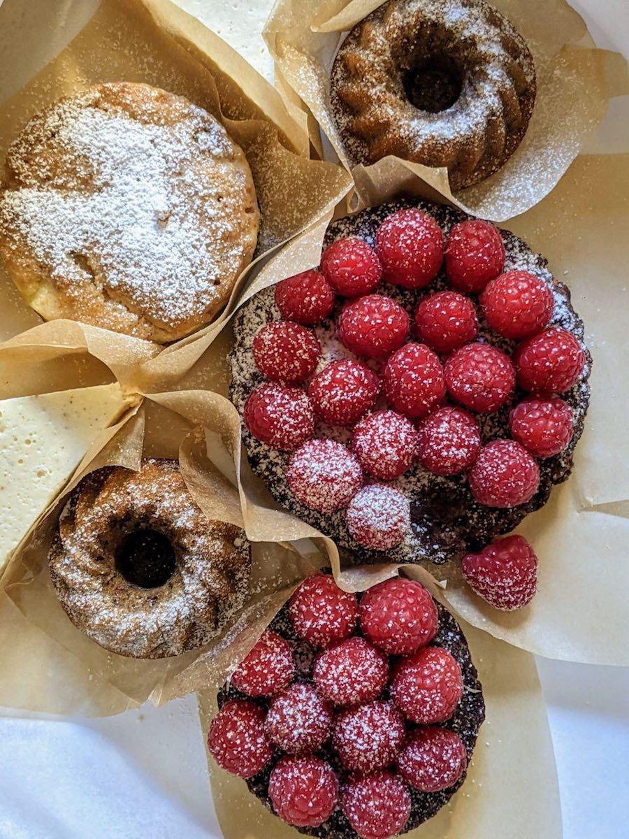 Hübsch verpackt: Auswahl an leckeren Obsttörtchen